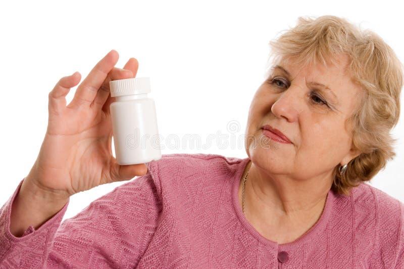 Die ältere Frau mit Tabletten stockfotos