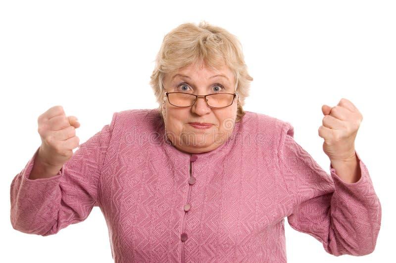 Die ältere Frau zeigt eine Faust stockfoto