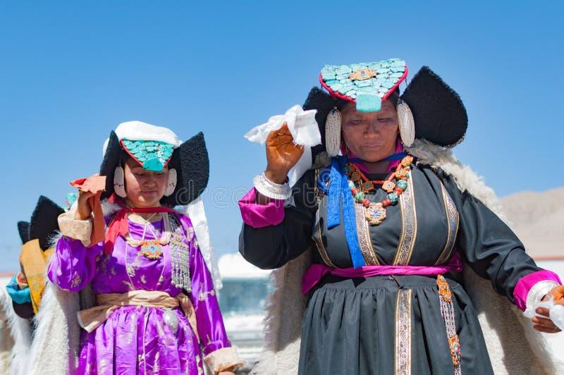 Die älteren Frauen, die in traditionellem Tibetian aufwerfen, kleiden in Ladakh, Nord-Indien an stockfotos