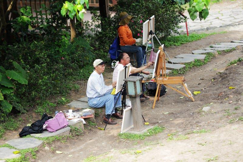 Die älteren Leute, die im Park skizzieren lizenzfreie stockbilder