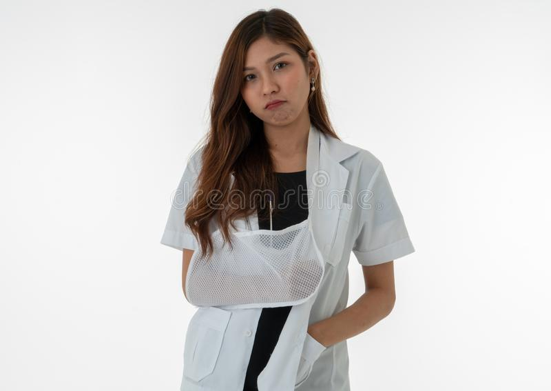 Die Ärztin zeigt einen gebohrten Ausdruck in ihrem gebrochenen Arm stockbilder