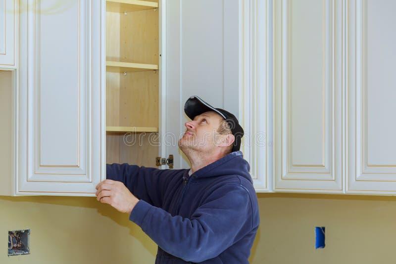 Die Ð-¿ Heimwerken-Küche gestalten Ansicht installiert in eine neue Küche um lizenzfreie stockfotos