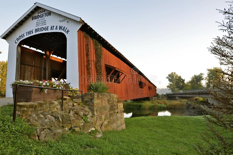 Die überdachte Brücke von Bridgeton Indiana stockfotos