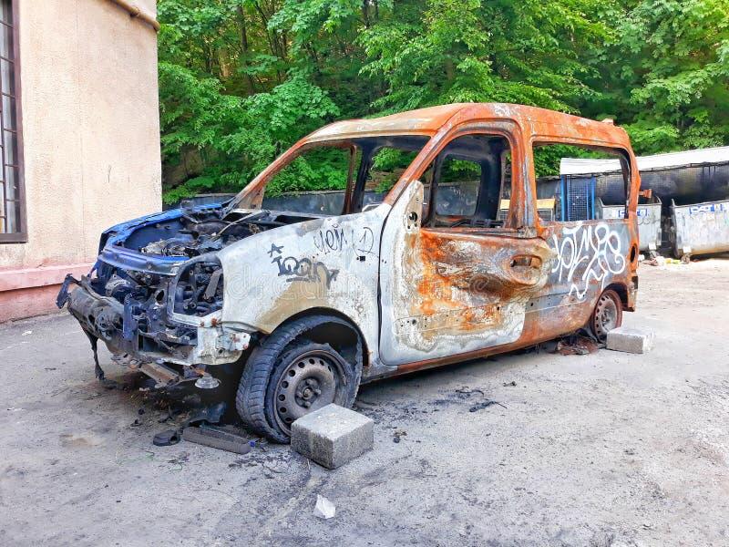 Die Überreste des Autos nach dem Feuer lizenzfreies stockfoto