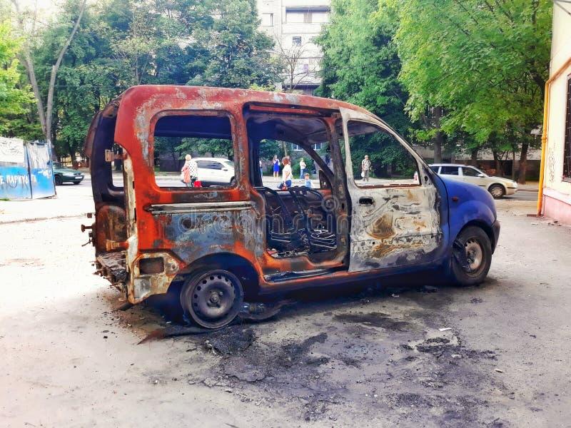Die Überreste des Autos nach dem Feuer stockbild