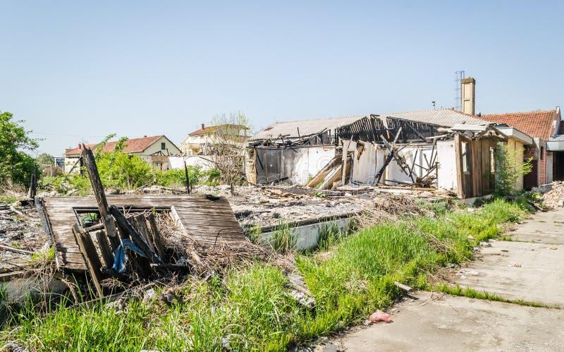 Die ?berreste des gebrannten Hauses lizenzfreie stockfotos