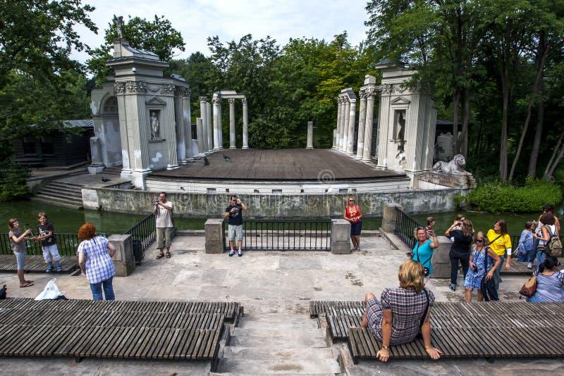 Die Überreste des Stadiums Roman Theatres bei Lazienki parken in Warschau in Polen lizenzfreie stockfotografie