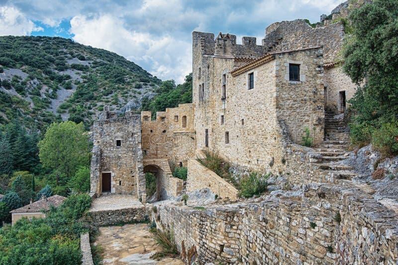 Die Überreste einer alten Stadtmauer des Dorf Heiligen Montan stockbilder