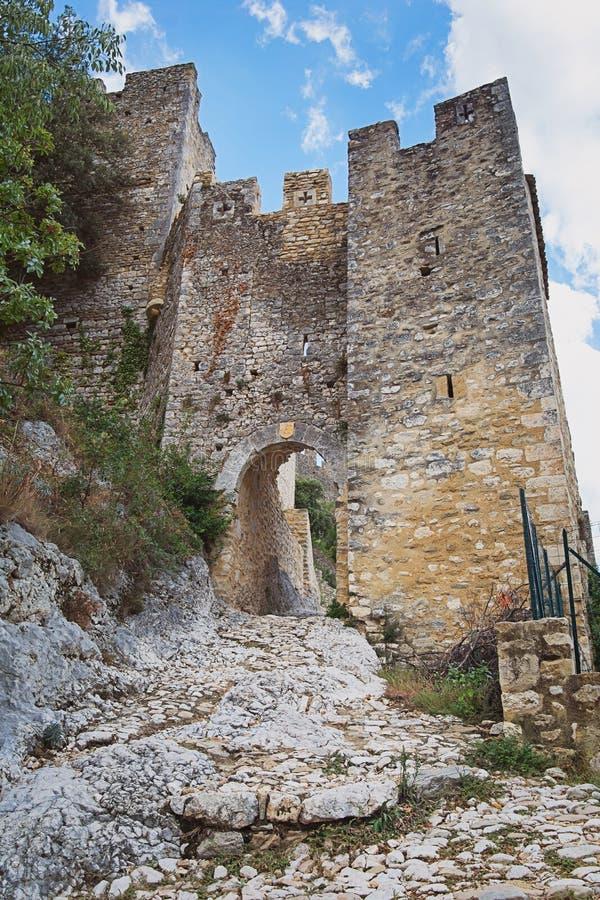 Die Überreste einer alten Stadtmauer des Dorf Heiligen Montan stockbild