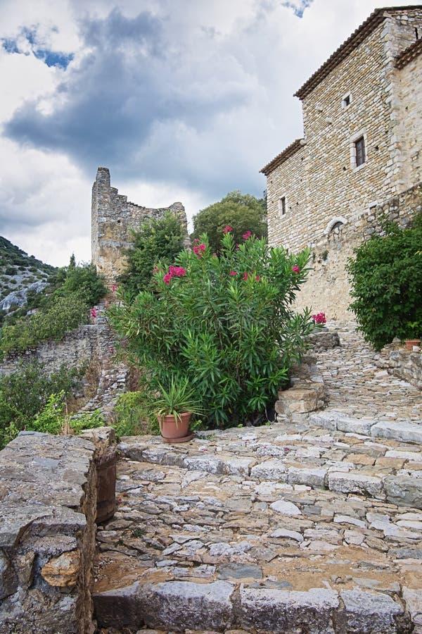 Die Überreste einer alten Stadtmauer des Dorf Heiligen Montan stockfotos