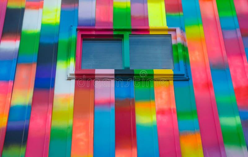 Die abstrakte Farbe, hell, rechteckig, Regenbogen färbte Fenster- und Wandäußeres stockfotografie