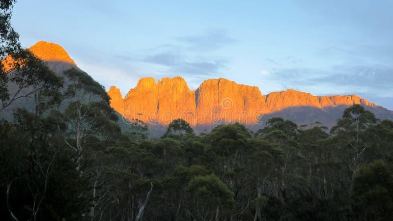 Die Akropolis und mt-geryon in Wiegengebirgsseest.-clair Nationalpark, Tasmanien stockbild