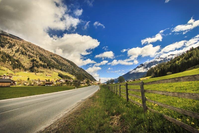 Die Alpenberge stockfotografie