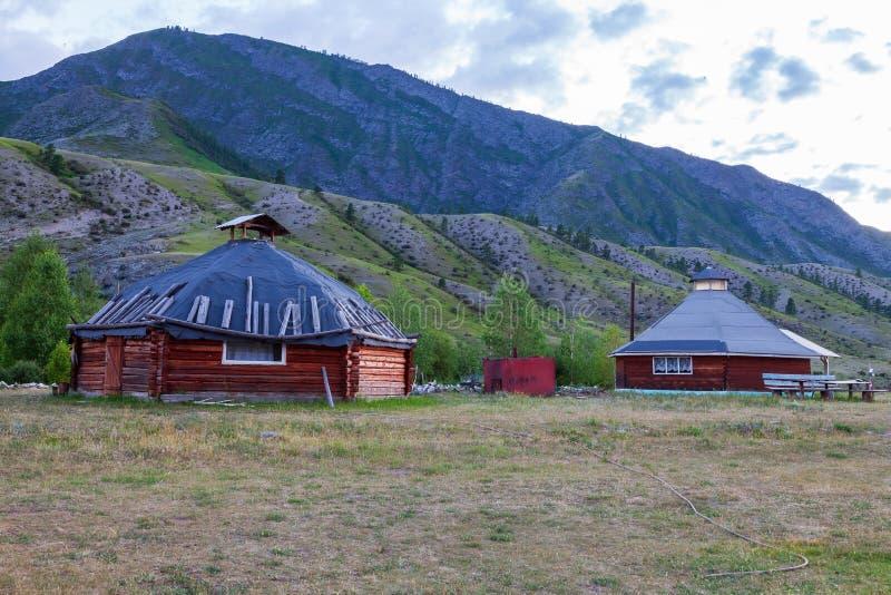 Die alte Antike schmerzen Haus vom Holz ist rund-förmig mit einem Kamin auf die Mitte, für die nomadische Eingeborenen herein stockfotografie