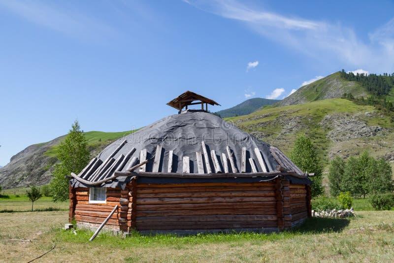 Die alte Antike schmerzen Haus vom Holz ist rund-förmig mit einem Kamin auf die Mitte, für die nomadische Eingeborenen herein stockbilder