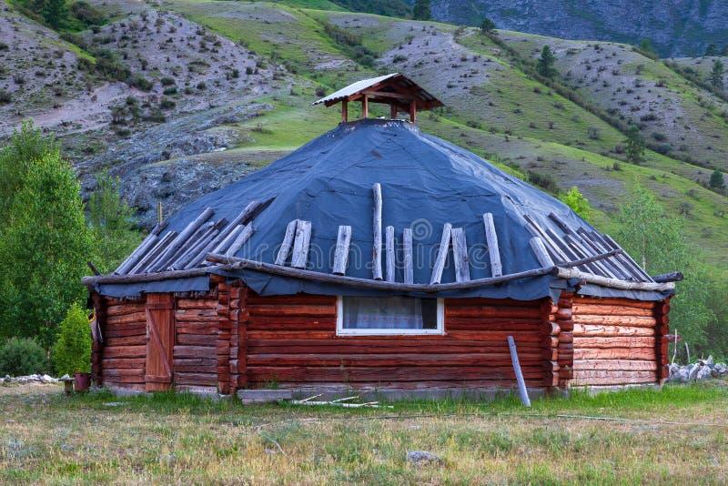 Die alte Antike schmerzen Haus vom Holz ist rund-förmig mit einem Kamin auf die Mitte, für die nomadische Eingeborenen herein lizenzfreies stockfoto