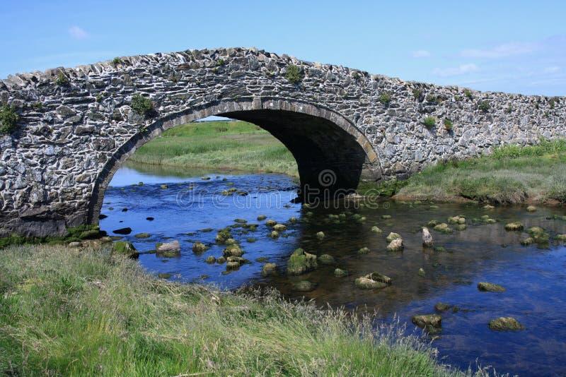 Die alte Brücke bei Abberfraw stockfotografie