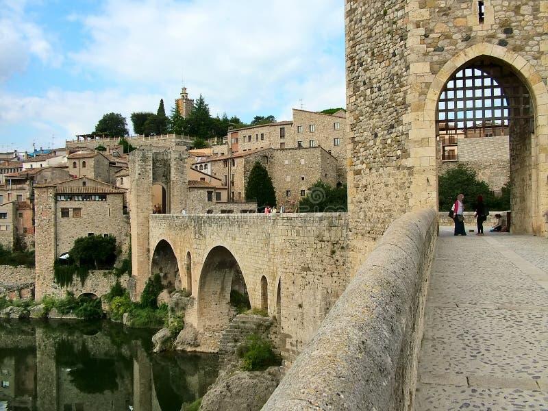 Die alte Brücke in Besalu, Spanien stockbild