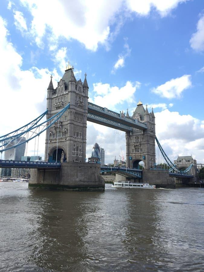 Die alte Brücke und die Boote stockbilder