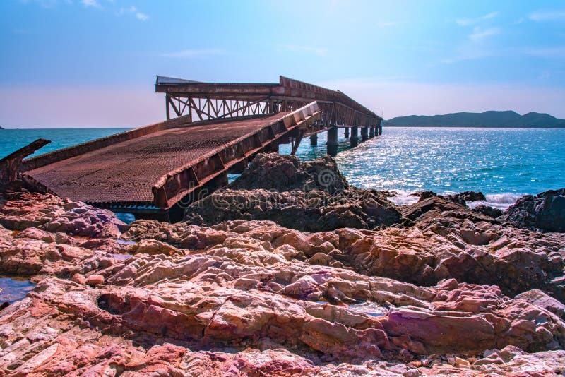 Die alte Brücke wurde beschädigt lizenzfreies stockfoto