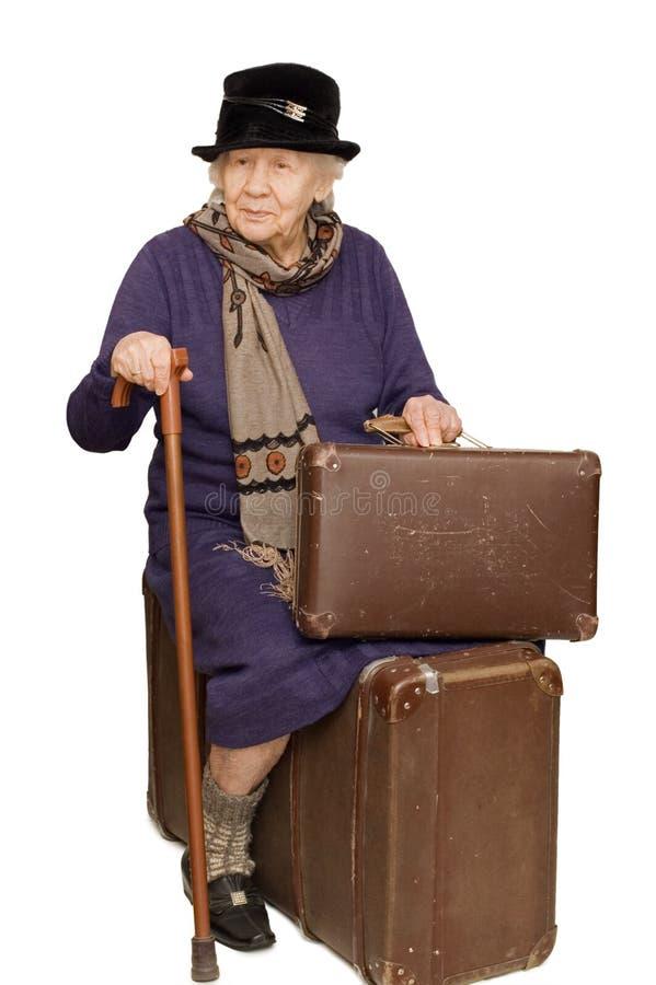 Download Die Alte Dame Sitzt Auf Einem Koffer Stockbild - Bild von beutel, schuh: 12200647