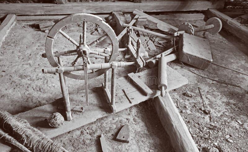 Die alte Drehorgel auf dem Billet des Dorfhauses in Slowakei stockfotografie