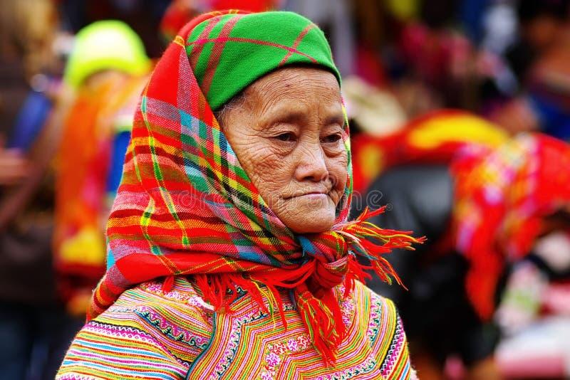 Die alte Frau auf dem Markt in BAC ha, Vietnam stockfoto
