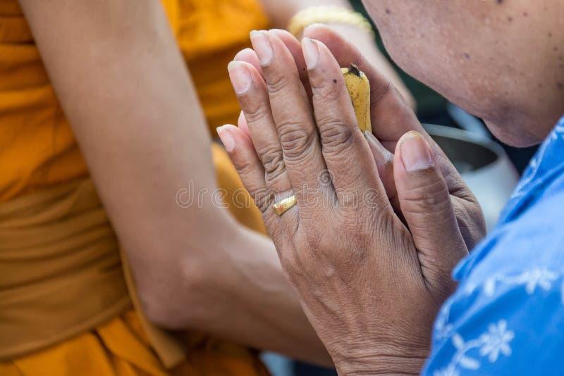 Die alte Frau, die in Buddha-Zeremonie betet lizenzfreie stockfotografie