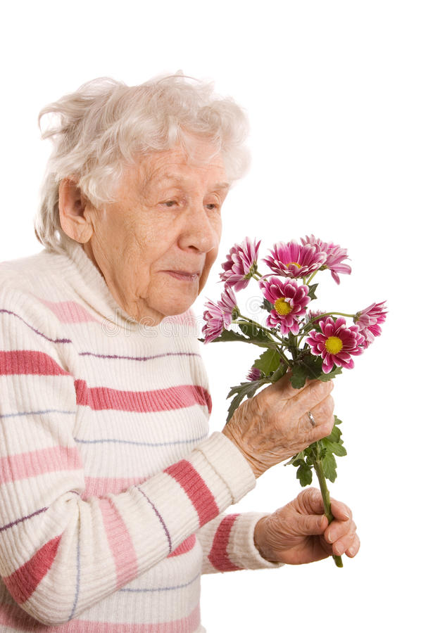 Die alte Frau mit einem Blumenstrauß stockbilder