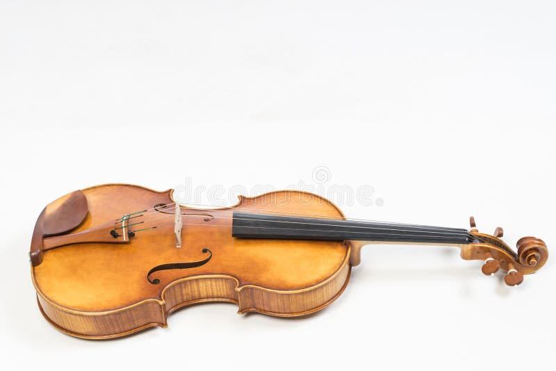 Die alte Geige, lokalisiert auf weißem Hintergrund Viola, Instrument für Musik stockfoto