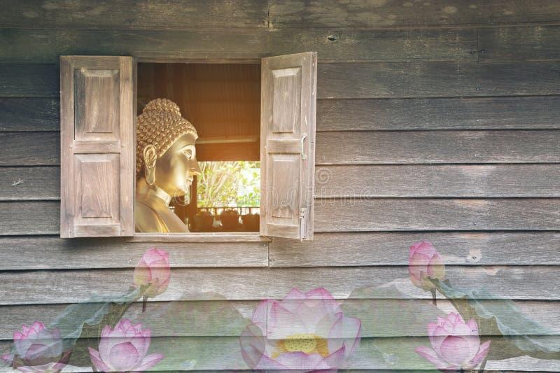 Die alte hölzerne Wand, die die Fenster des Buddhas hat, der den buddhistischen, buddhistischen, asiatischen Buddhisten darstellt stockfotografie