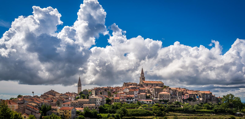 Die alte Hügelstadt von Buje, Kroatien lizenzfreies stockfoto