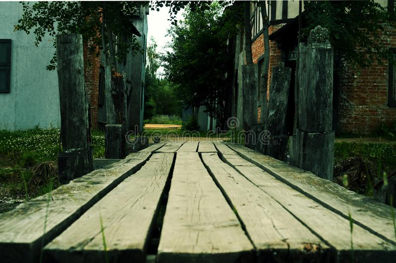 Die alte Holzbrücke durch den Fluss stockbild