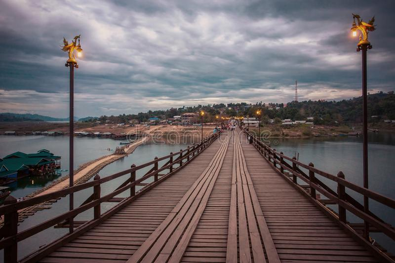 Die alte Holzbrücke in Sangklaburi, Kanchanaburi-Provinz, Thailand lizenzfreie stockbilder
