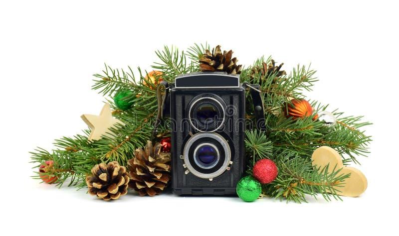 Die alte Kamera und ein Weihnachtsbaum Getrennt stockfotos