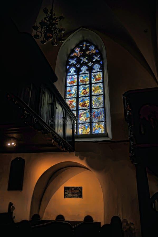 Die alte Kirche des Heiliger Geist Innenraums, Buntglasfenster in der Kirche stockfoto