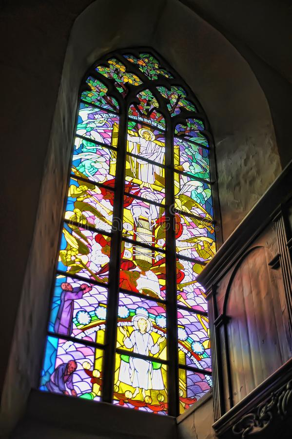 Die alte Kirche des Heiliger Geist Innenraums, Buntglasfenster in der Kirche lizenzfreie stockfotos