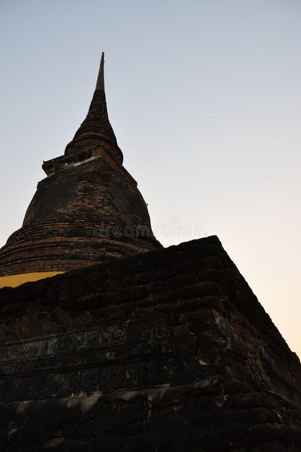 Die alte Pagode ist in Thailand ziemlich komplett stockbild