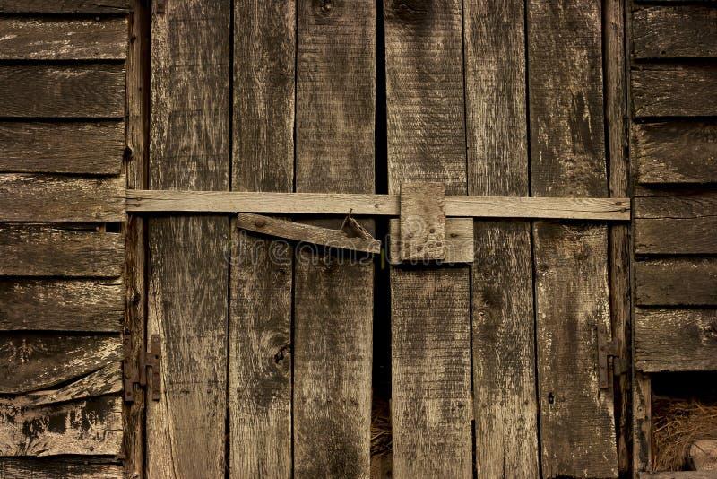Die alte rustikale Tür der Scheune lizenzfreie stockfotografie