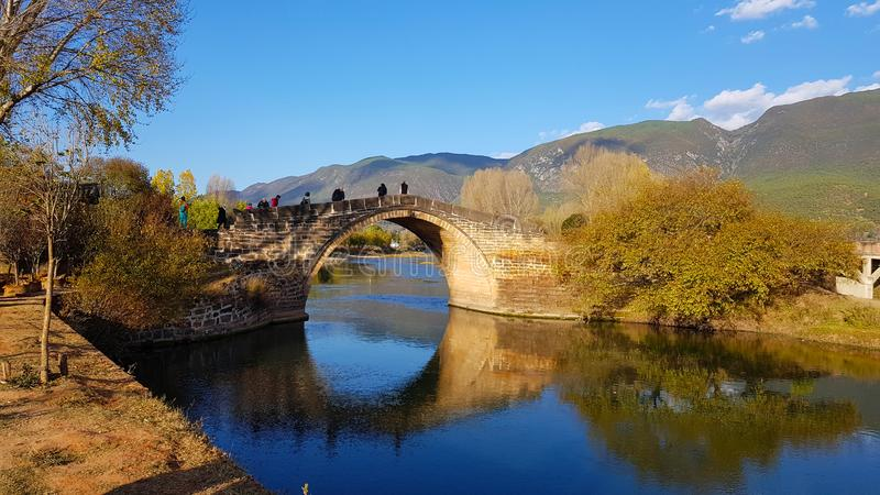 Die alte Steinbrücke entlang dem Kurs des Heihui-Flusses in Shaxi, Yunnan, China stockfotos