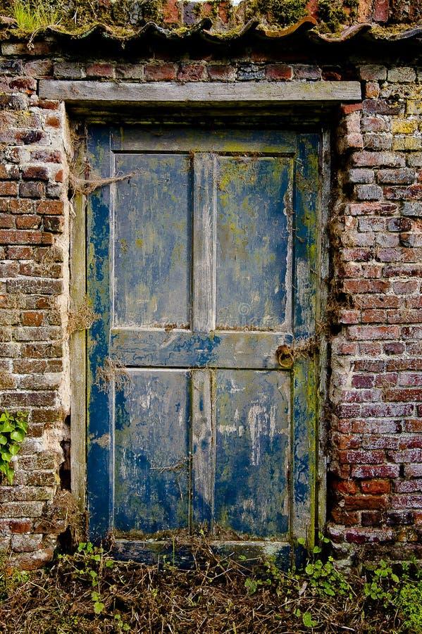 Die alte Tür lizenzfreie stockfotografie