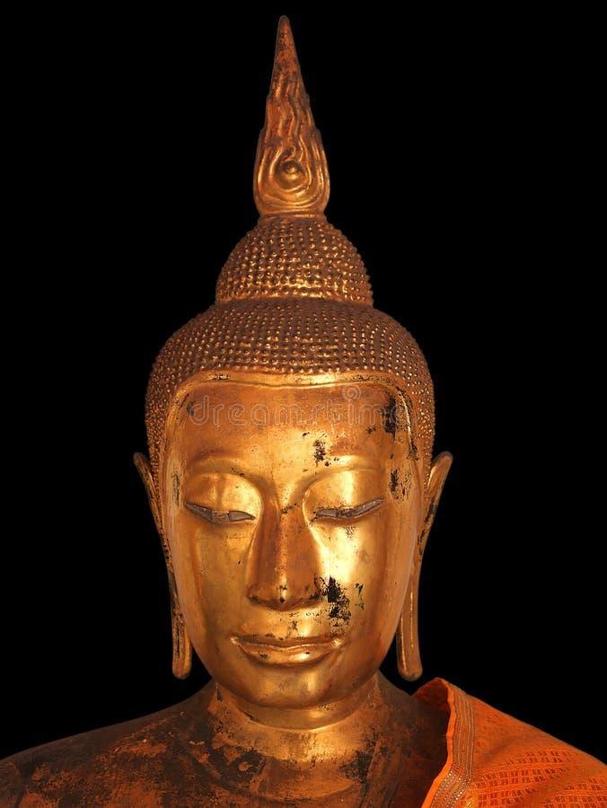 Die alte und schädigende Buddha-Statue auf dem schwarzen Hintergrund stockbild