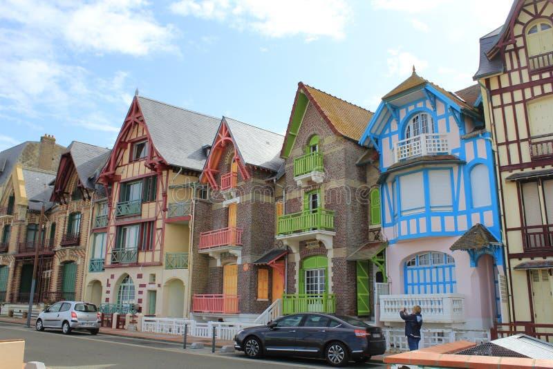 Die alten bunten englischen Arthäuser bei le Treport nahe Dieppe, Frankreich lizenzfreie stockfotografie
