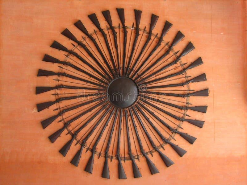 Die alten Gewehre, gestapelt in einem Kreis, hängen an der Wand des Orang-Utans stockfoto