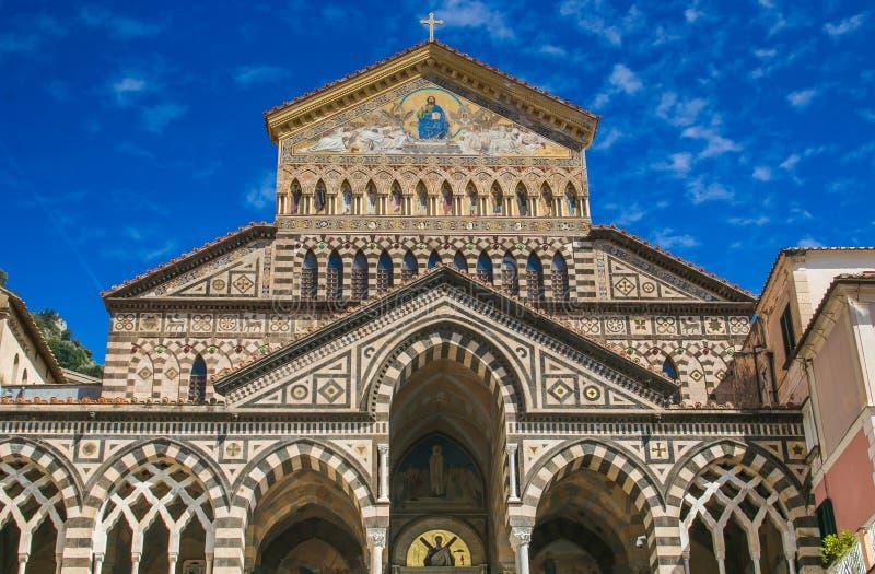 Die Amalfi-Kathedrale eingeweiht dem Apostel St Andrew im Marktplatz Del Duomo in Amalfi Italien vor der Küste von Salerno-Golf O lizenzfreie stockfotos