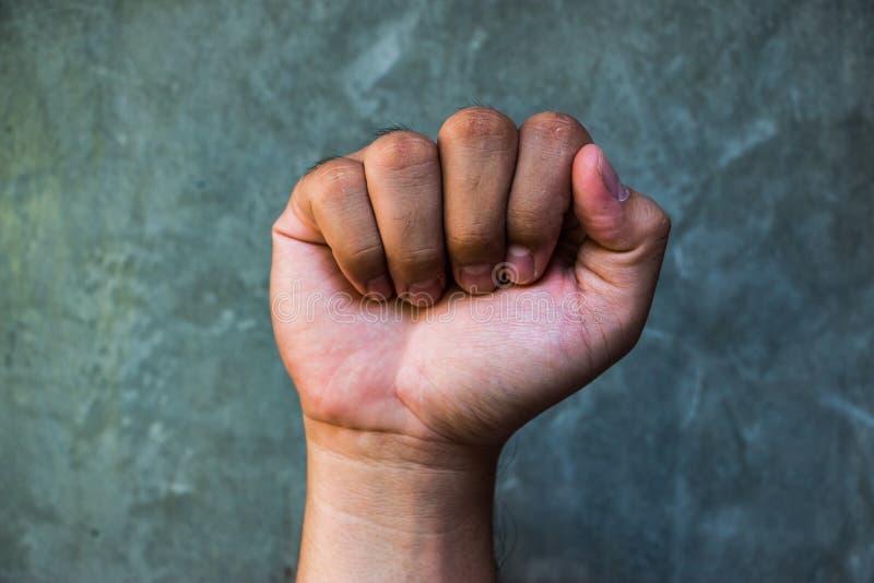 Die angehobene Faust oder die geballte Faust ist ein Handzeichen lizenzfreie stockbilder