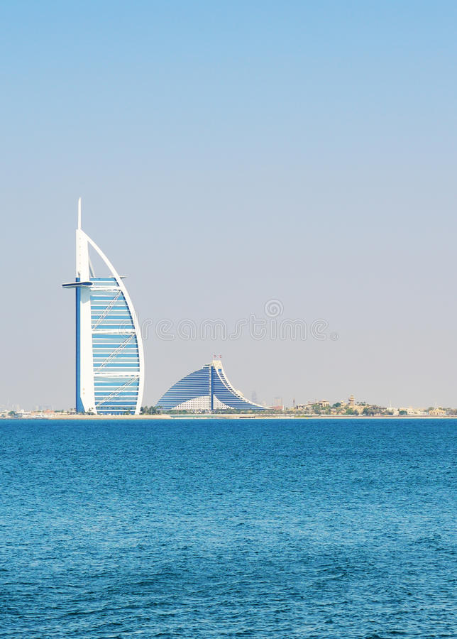 Die Ansicht über das erste Luxushotel Burj Al Arab Tower den mit sieben Sternen der Welt der Araber stockfoto