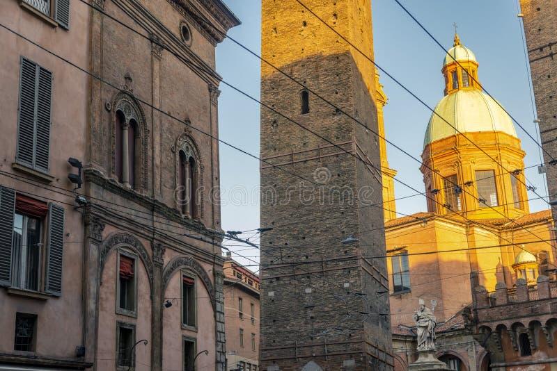 Die Ansicht über den berühmten Turm im Bologna, Italien lizenzfreie stockbilder