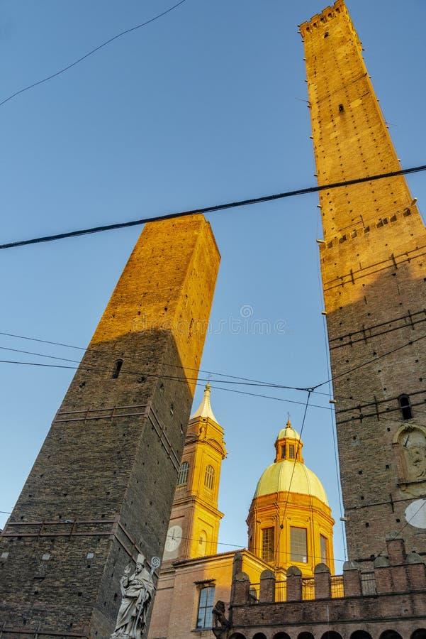Die Ansicht über den berühmten Turm im Bologna, Italien lizenzfreie stockfotografie