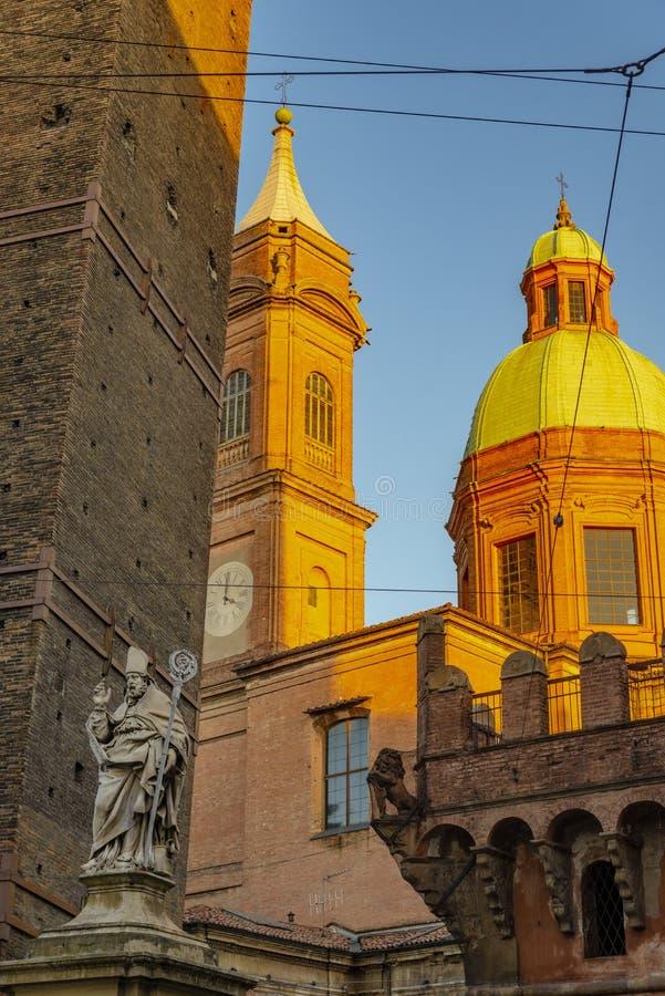 Die Ansicht über den berühmten Turm im Bologna, Italien stockbild
